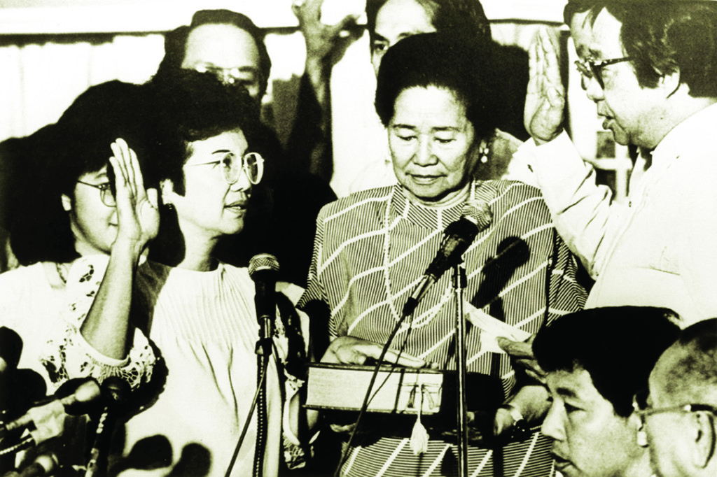 (FILER) CORAZON C. AQUINO DURING HER OATH TAKING AS PRESIDENT OF THE PHILIPPINES AT THE CLUB PILIPINO IN GREEHILLS. valrodriguez/filer