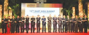 ASEAN leaders and dialogue partners lead by President Rodrigo Duterte (CENTER) link arms during the start of the 12th East Asia Summit at the Philippine International Convention Center (PICC) /Photo by Edd Gumban