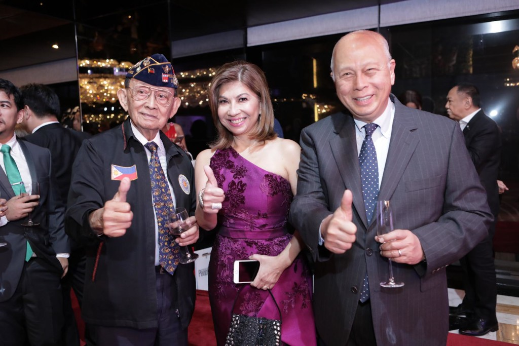 PeopleAsia Editor-in-Chief Joanne Rae Ramirez is flanked by Max V. Soliven Lifetime Achievement awardee Fidel V. Ramos and Pilipinas Shell's Mon del Rosario