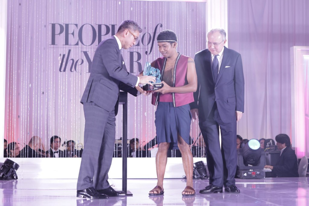 Resorts World Manila's Lucky Person of the Year Norman King receives a plaque designed by Ramon Orlina from Kingson Sian and Ambassador Romualdez