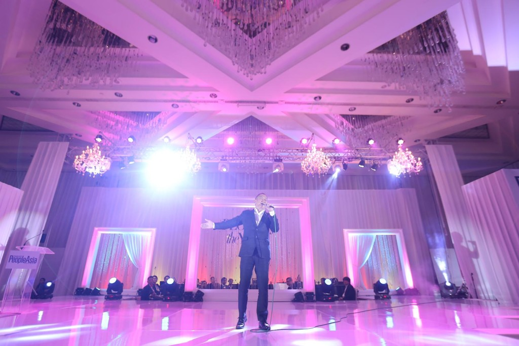 """""""People of the Year"""" awardee Basil Valdez serenades the well-heeled crowd"""