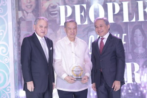 Dr. Lucio Tan  receives the Max V. Soliven Lifetime Achievement Award from PeopleAsia publisher Babe Romualdez and Chairman Atty. Ray Espinosa