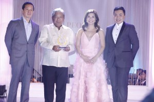 """PAL president and COO Jaime Bautista receives the PeopleAsia """"Airline of the Year"""" Award from PeopleAsia's Kevin G. Belmonte, Joanne Rae Ramirez and Jose Paolo dela Cruz during the """"People of the Year"""" 2016 Awards Night"""